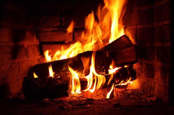 fireplace-in-winter-16867610.jpg